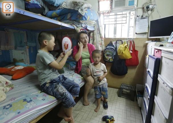 郭太一家四口居於深水埗一個百多呎的天台屋,月租4000多港元。(李志湧攝)