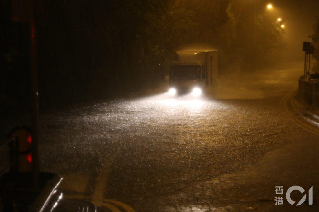 6月6日凌晨,天文台發出黑色暴雨警告信號,鑽石山荷里活廣場對開大磡道出現水浸,車輛涉水而行。﹝資料圖片/劉定安攝﹞