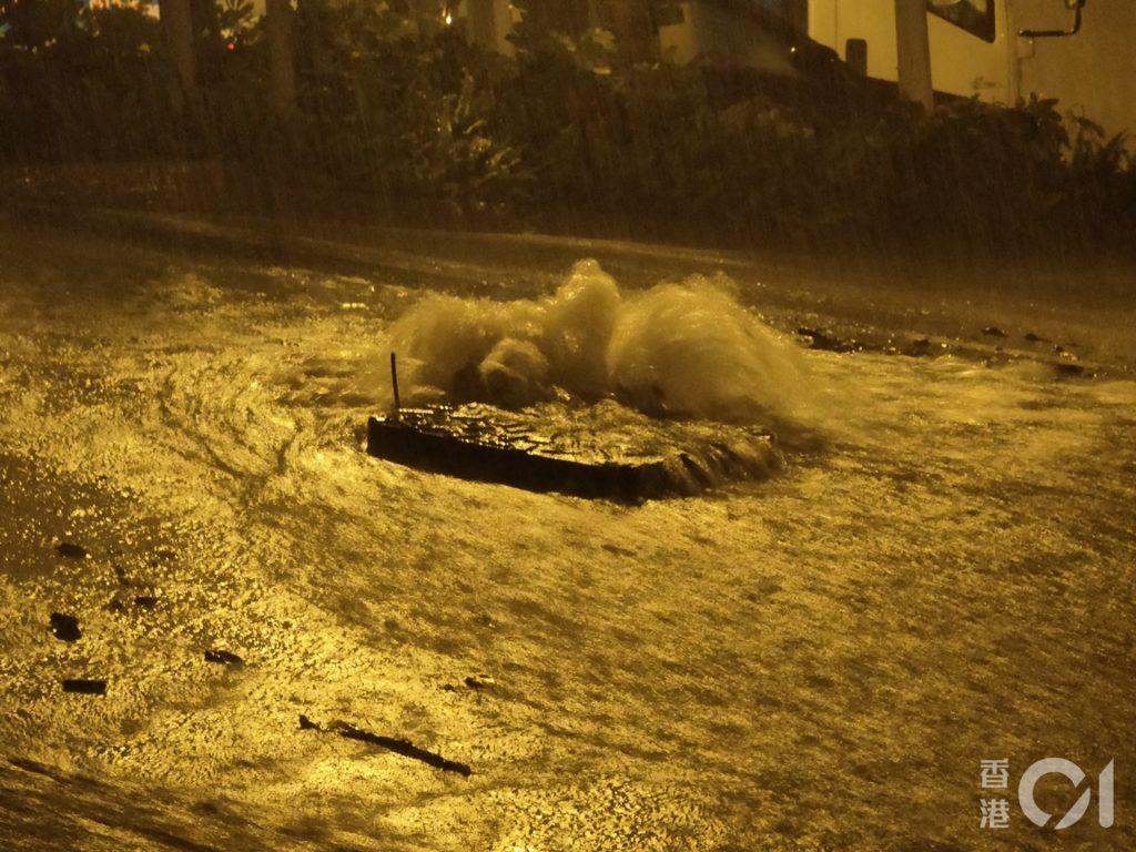 黑雨警告下,黃大仙沙田拗道斜路如同河流,水由渠口湧出。﹝劉定安攝﹞