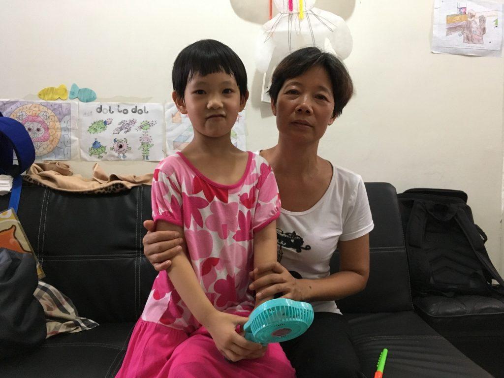 林女士(右)指因為家長實在太熱,家慧(左)無法留長頭髮。(鄭翠碧攝)