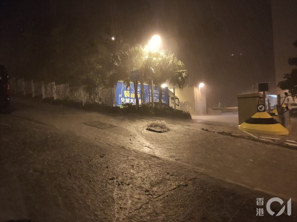6月6日凌晨,天文台發出黑色暴雨警告信號,黃大仙沙田拗道斜路變成河流。﹝資料圖片/劉定安攝﹞