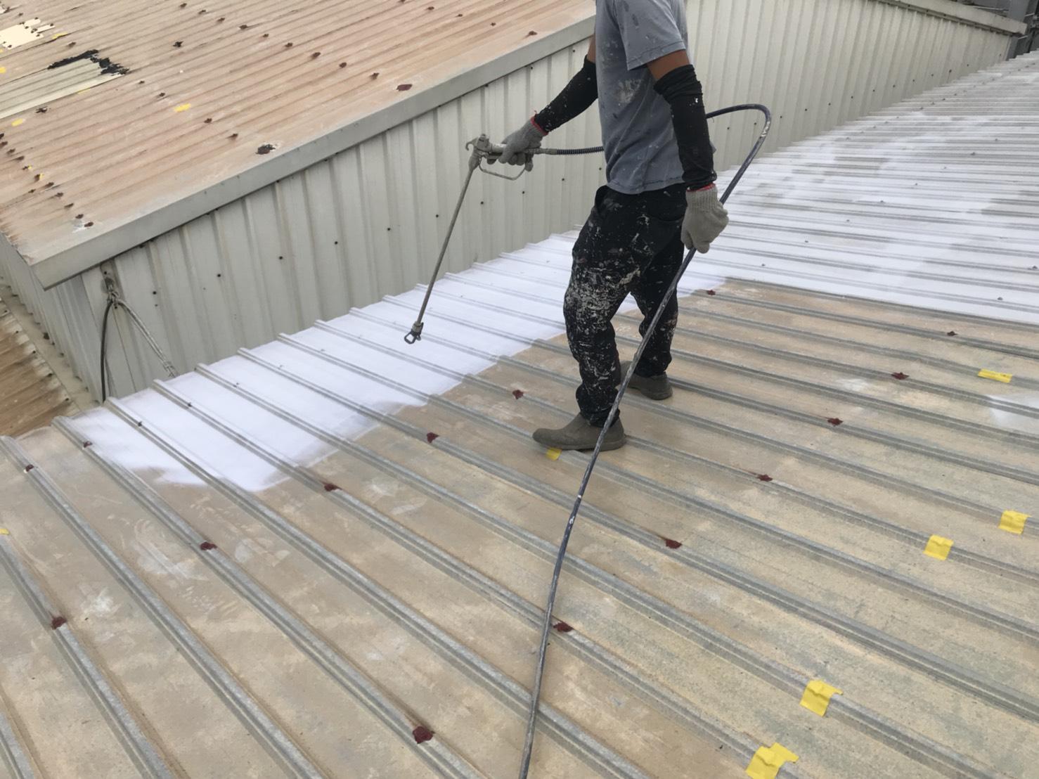 台灣高雄橋頭廠房鐵皮屋使用CGF7600A水性抗污隔熱防水漆施工中